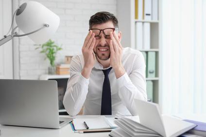 Mann mit Stresssymptomen