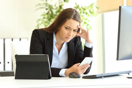 Digital gestresste Frau