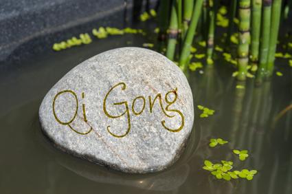 Stein in Wasser mit Qi gong