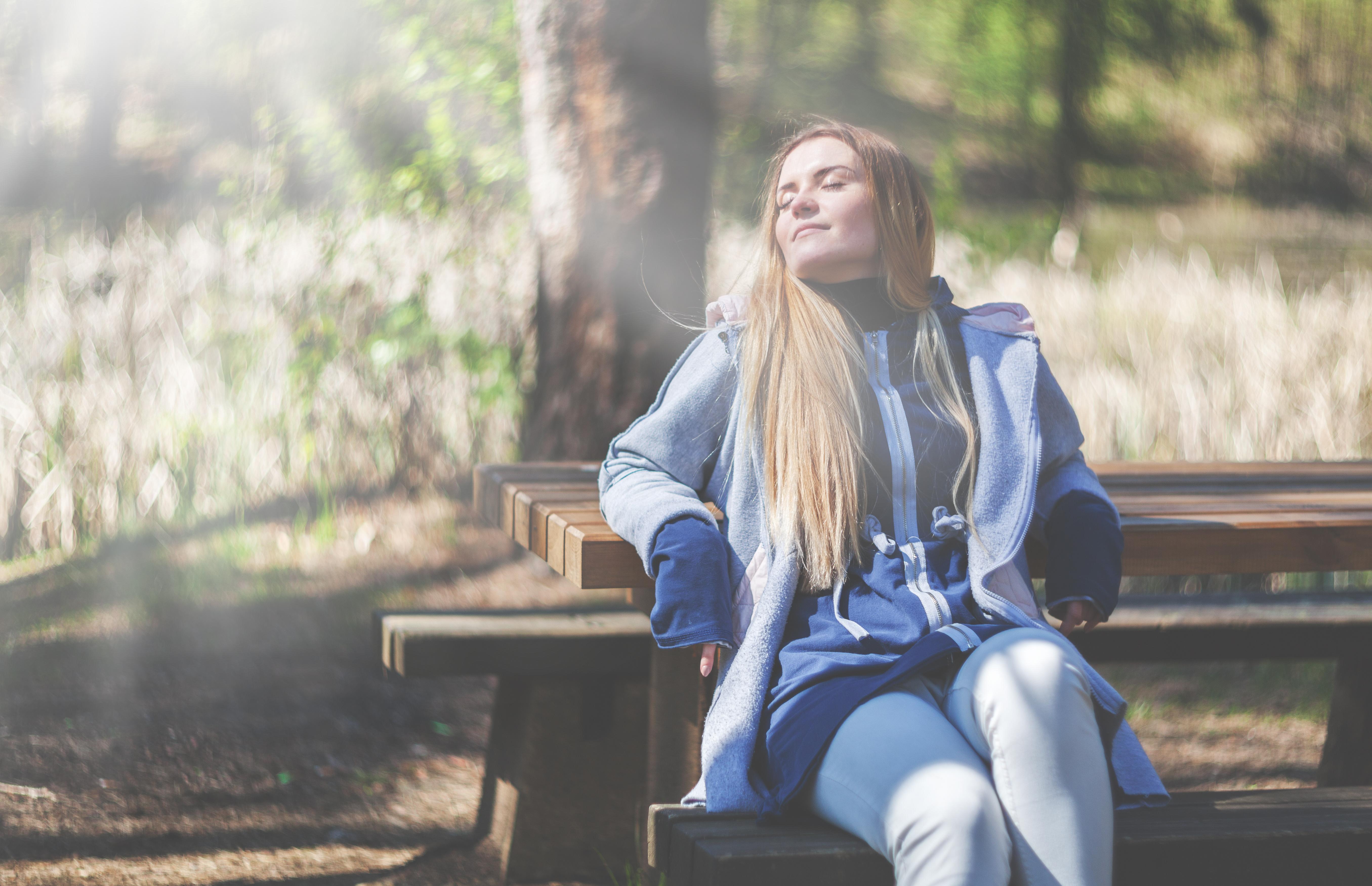 Erholung auf einer Parkbank gegen den Stress
