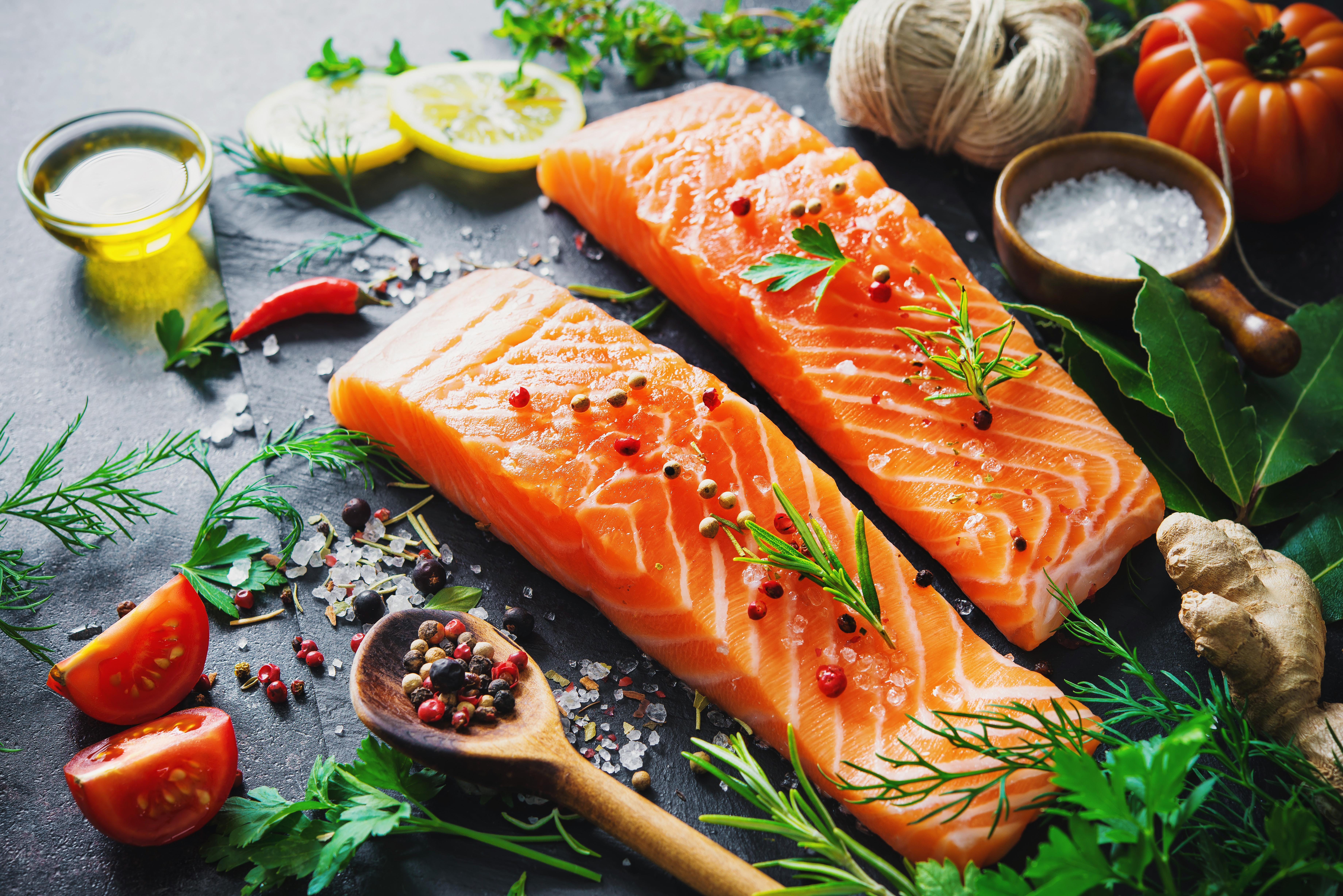 Lachsfilets mit scharfem Gemüse löst Stress
