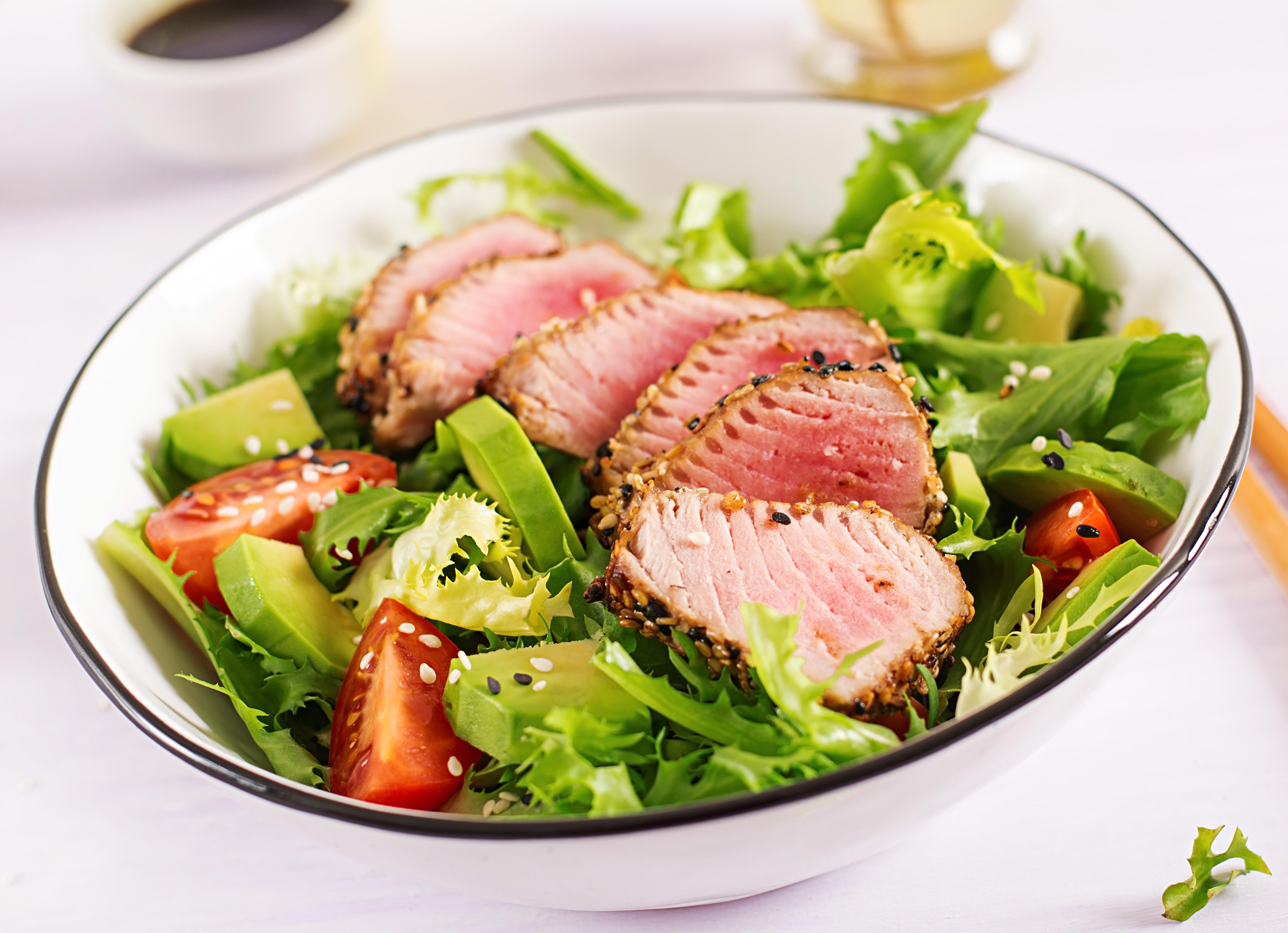 Salat mit gebratenen Thunfisch Filets