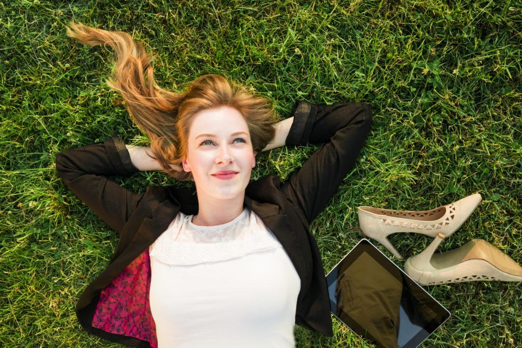 Business Frau die im Park entspannt