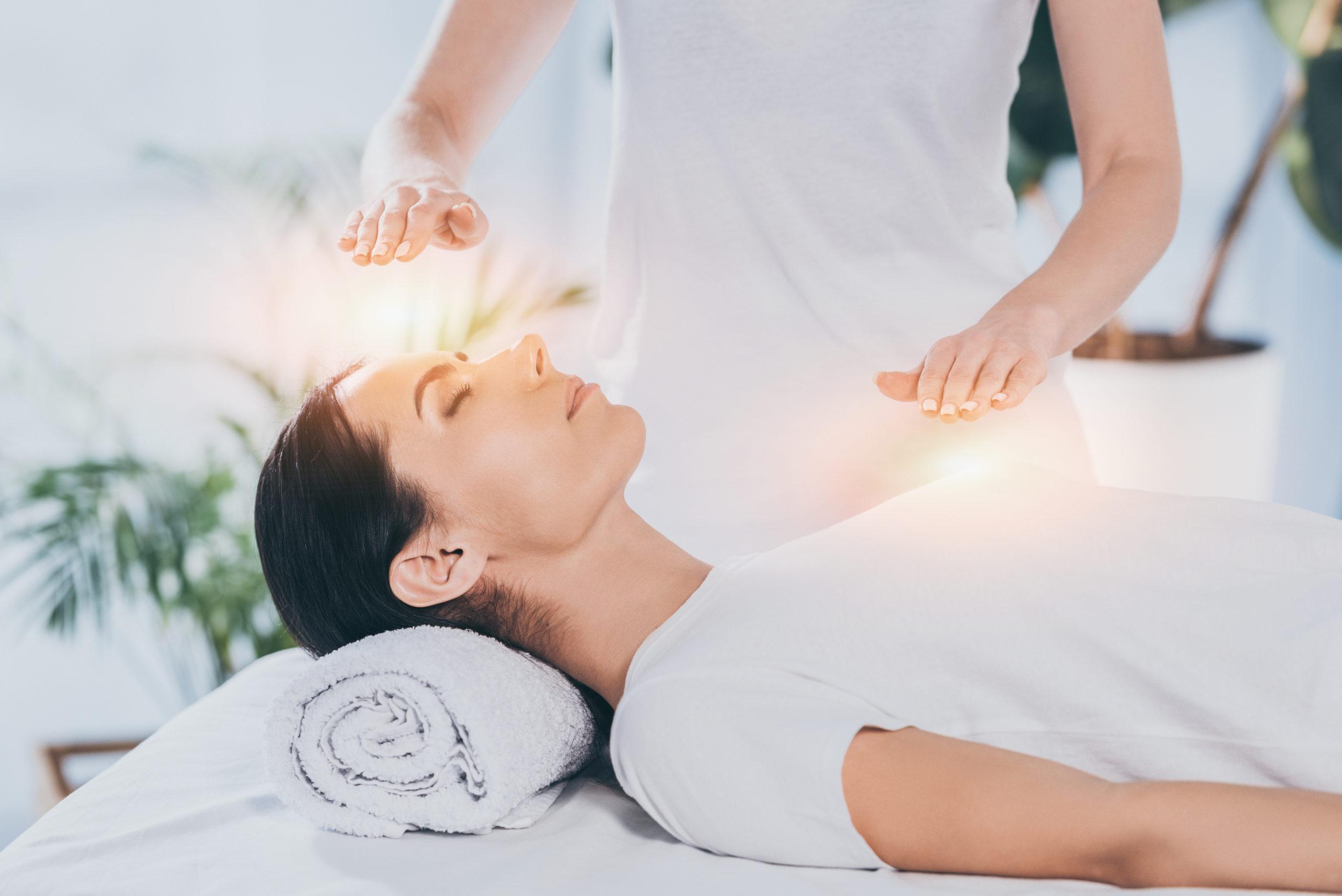 Reiki Behandlung einer Frau