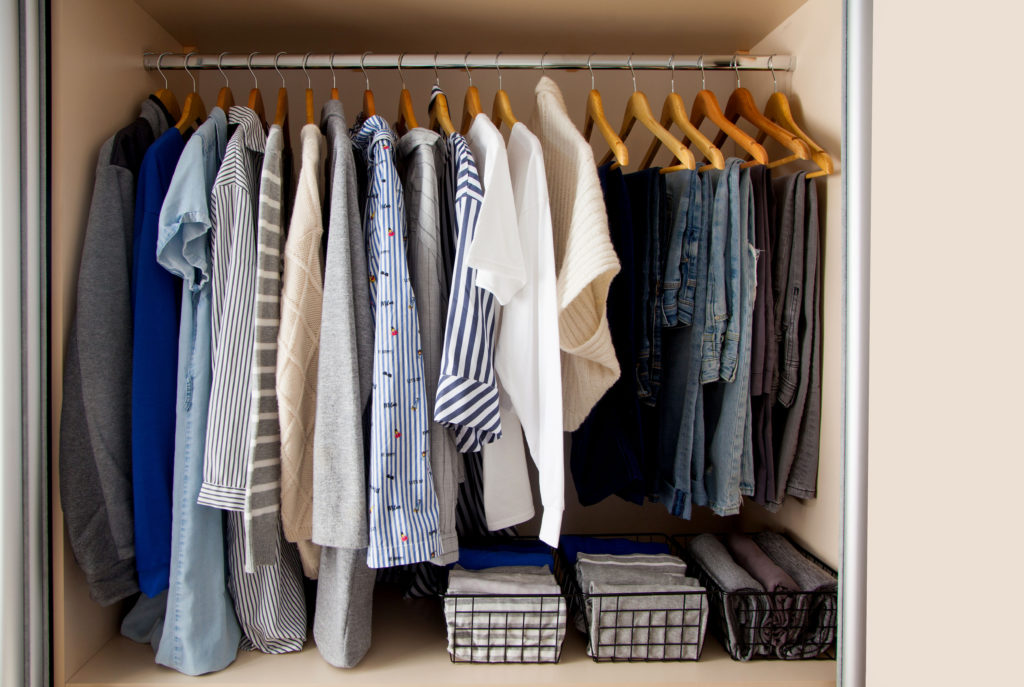Konzept des Minimalismus - Garderobe